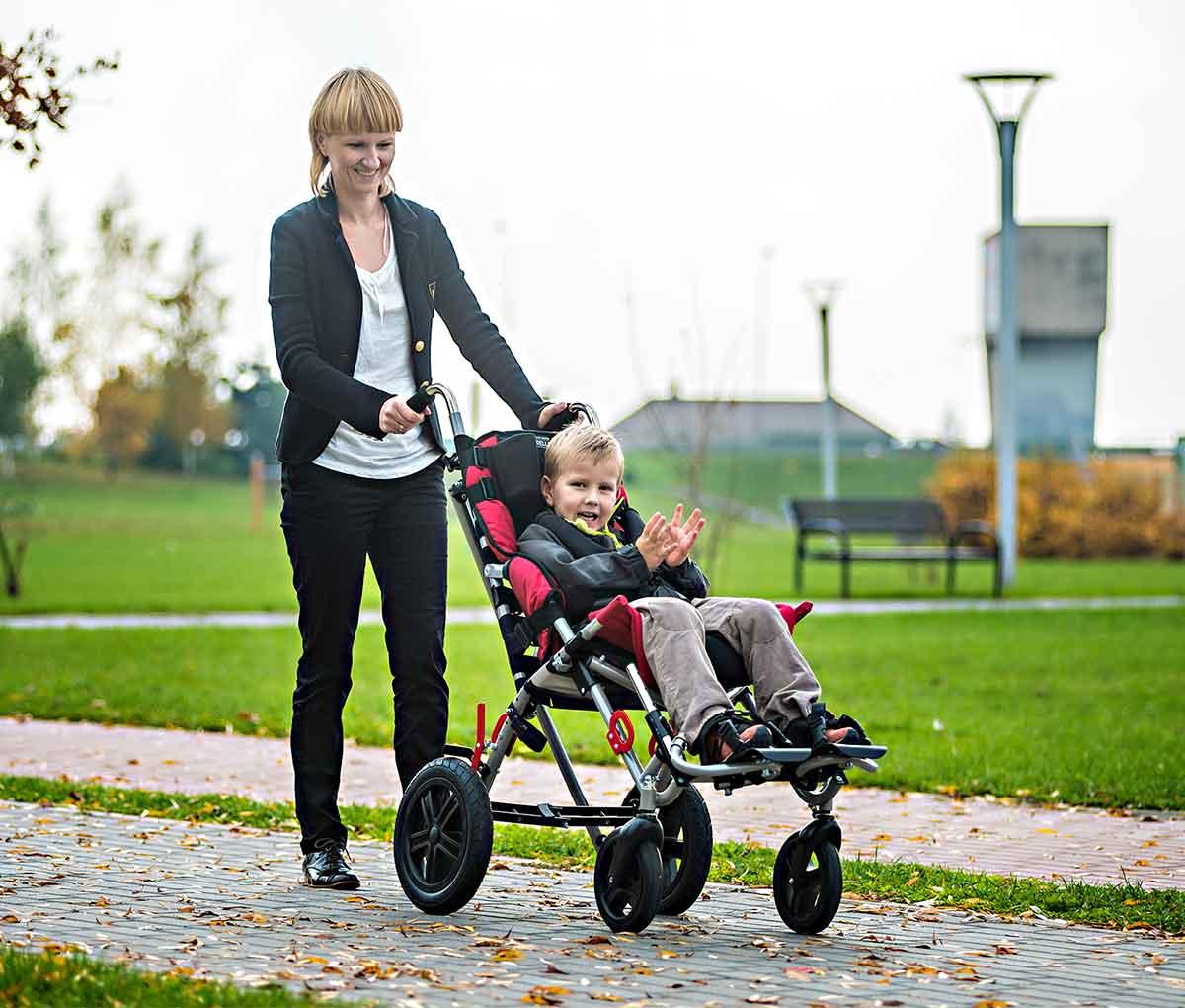 Спеціальний візок (крісло-коляска інвалідна) OMBRELO з дитиною