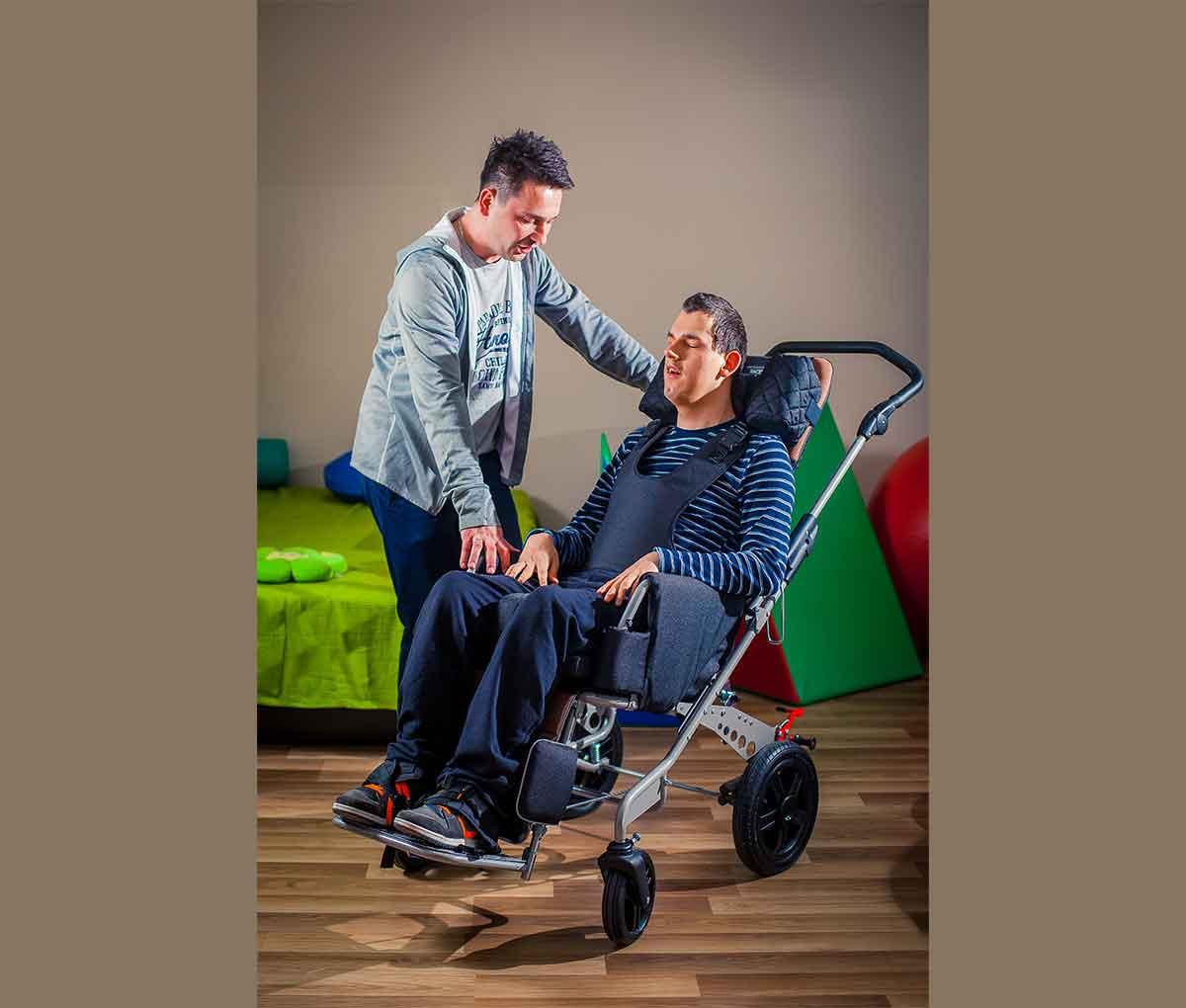 Спеціальний візок (крісло-коляска інвалідна) RACER EVO з дитиною