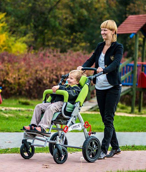 Спеціальний візок (крісло-коляска інвалідна) URSUS з дитиною