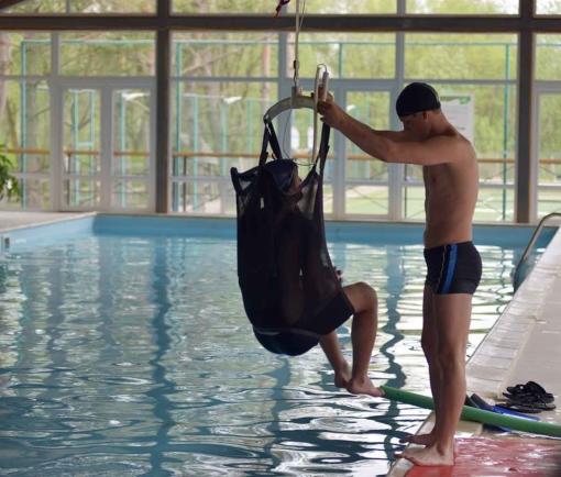Підйомник для басейну GH1 з пацієнтом